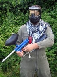 gracz w paintball z drużyny zaciekli terroryści