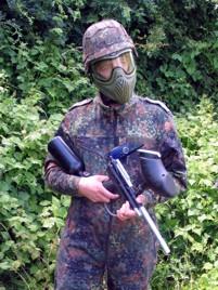 gracz w paintball ubrany w mundur żołnierzy obrońców sprawiedliwości i ropy naftowej